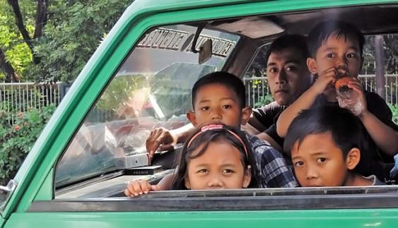 Діти в машині: чим їх зайняти в дорозі?