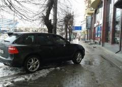 """""""Герой паркування"""" перекрив рух на центральній вулиці Укрaїни (фото)"""