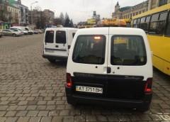 Як водії таксі заради клієнтів порушують правила паркування
