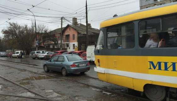 Паркування на трамвайних коліях стає дедалі популярнішим