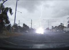 Відео дня: блискавка вдарила в машину під час руху