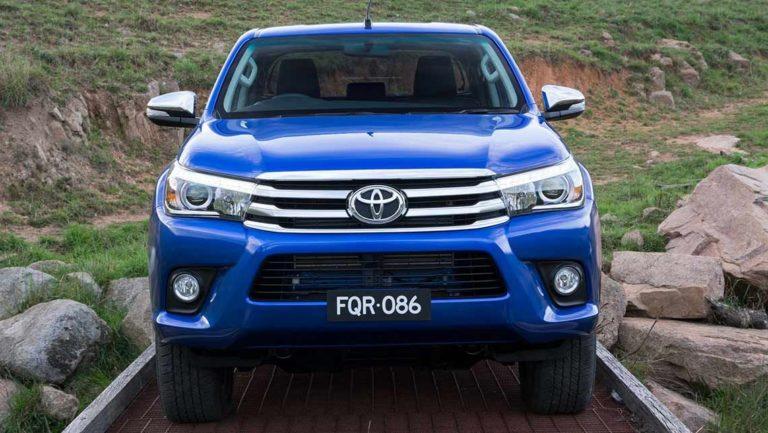 Toyota_HiLux_2015-Revealed-(2)