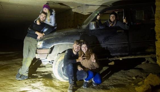 Вражаюче видовище: величезний автомобіль опинився у шахті