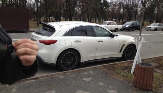 Вчись, студент! Унікальний Infiniti Vettel Edition помітили біля київського університету
