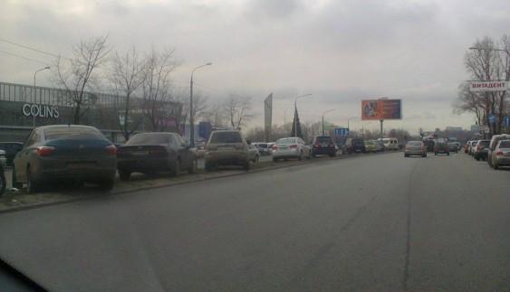 Схоже на епідемію: водії масово паркують авто на роздільній смузі