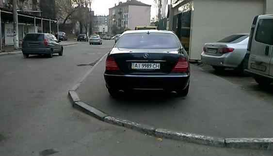 """І ще один """"герой паркування"""" перекрив пішохідний перехід"""