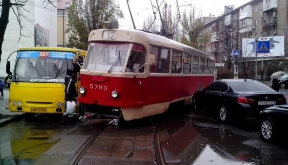 """Як """"герой парковки"""" заблокував рух трамваїв"""