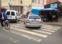 """Паркування на пішохідних переходах набирає обертів: черговий """"горе-герой"""""""