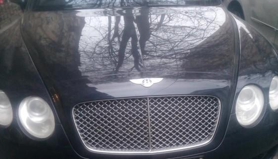 Конспірація: Bentley в українській символіці без номерів, але з рамкою РФ