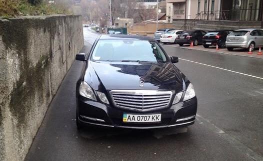 Багатим можна все: власник люксового авто припаркувався на тротуарі