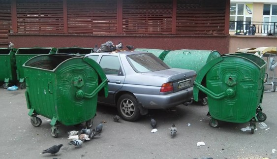 """У Києві """"героя парковки"""" заблокували сміттєвими баками"""