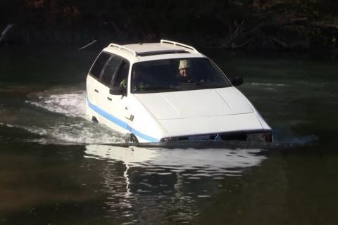 Український пенсіонер зібрав автомобіль-амфібію (фото)