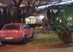"""Гетьман приїхав: """"герой"""" припаркував авто на газоні під пам'ятником"""