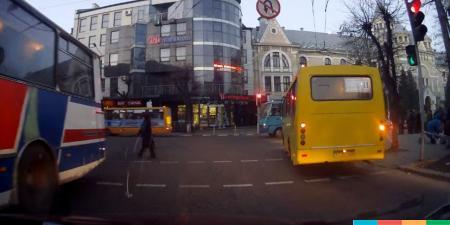 У соцмережі виклали чергове відео про те, як маршрутки їздять на червоне світло (відео)