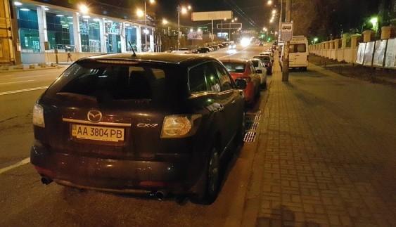 У Києві чотири автохами заблокували зупинку транспорту: фотофакт