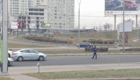Для кортежу Яценюка перекривають дорогу працівники старої ДАІ (фото)