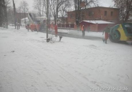 «Нанотехнології»: як в Україні асфальт кладуть на сніг