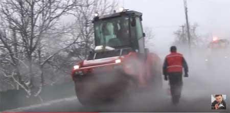 Відчайдушний ремонт доріг в Україні: асфальт кладуть прямо на сніг