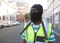 Як паркувальник охороняє авто своїх клієнтів у балаклаві і з палицями