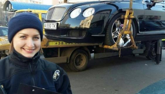 """""""Перед законом всі рівні"""": поліцейські евакуювали дорогий Bentley"""