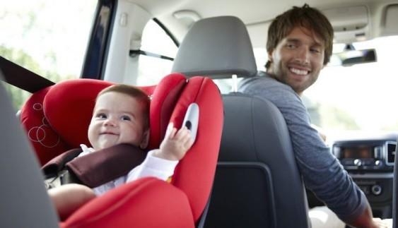 Дитина на передньому сидінні: зі скількох років можна їздити?