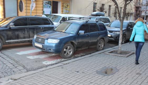 Автохам перегородив пішоходам шлях (ФОТО)