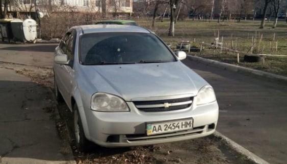 """Герой парковки: як водій Chevrolet """"добиває"""" газон"""