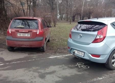 """Два в одному: """"горе-герої"""" припаркували свої авто одразу на двох заборонених місцях"""