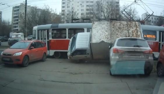 """Як водій трамвая зніс зі свого шляху """"героя паркування"""""""