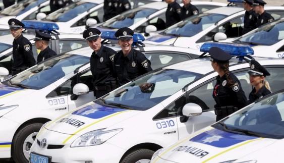 Щоб сплатити штраф за порушення ПДР, водії годинами стоять у чергах