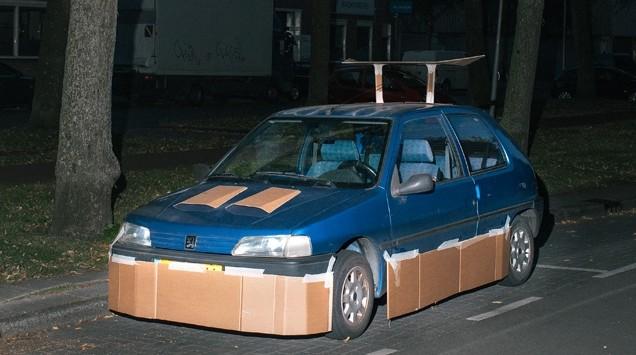 cardboard-car-pimper_100538962_m