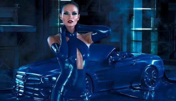 Mercedes показав сексуальну рекламу авто у латексі (ВІДЕО)