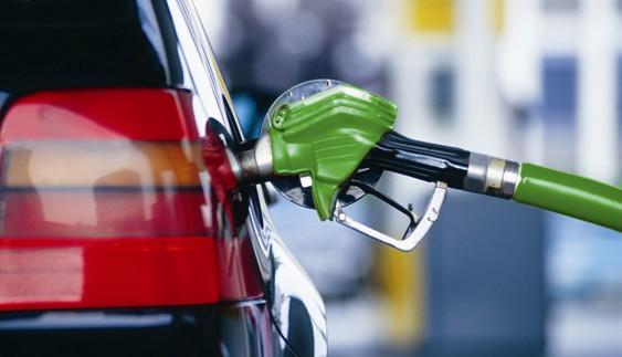 Експерти пояснили, через кого українцям не бачити дешевого бензину