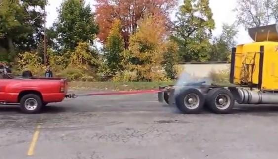 Відеохіт: пікап вирішив помірятися силою з тягачем (відео)