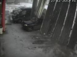 Вражаюче: зірваний вітром дах пошкодив п'ять автомобілів на парковці (відео)