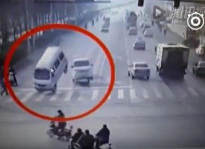 Мережу підірвало відео стрибка авто на дорозі