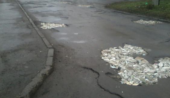 Дожилися: як люди засипають ями на дорогах будівельним сміттям (фото)