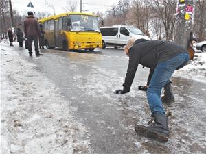 """До уваги водіїв: як гальмувати перед """"зеброю"""" взимку"""