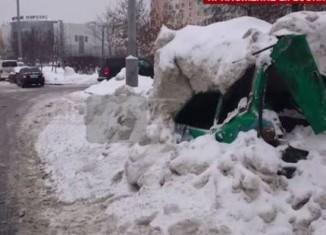 Комунальники розчавили автомобіль, що стояв в кучугурі снігу