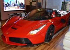 Надмірна любов до авто: власник LaFerrari паркує свій гіперкар у вітальні