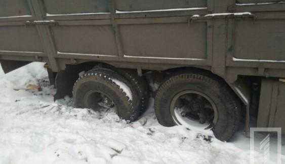 В Одесі водій застряглої вантажівки 10 днів живе в обмерзлій кабіні (фото)