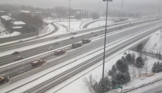 Як чистять дороги від снігу в Канаді (відео)