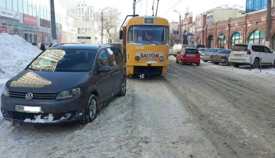 Парковка на трамвайних рейках обійшлася «автохаму» в 500 гривень