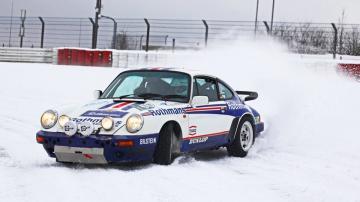 Класичний Porsche пустили в дрифт по засніженому автодрому (ВІДЕО)