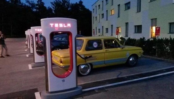 Фото дня: Запорожець на заправці Tesla