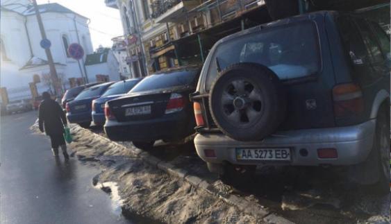 """""""Авторагулізм"""" заразний: група водіїв витіснила пішоходів з тротуару"""