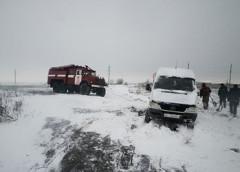 Негода в Україні: перекриті траси і сотні авто в сніговому полоні