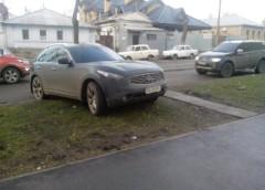 Як нахабні батьки паркуються на шкільних газонах (фото)