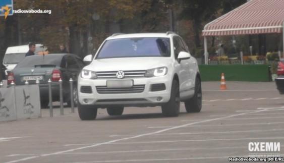 Автомобілі мам і дружин. Журналісти показали розкішний автопарк, яким користуються співробітники СБУ – розслідування