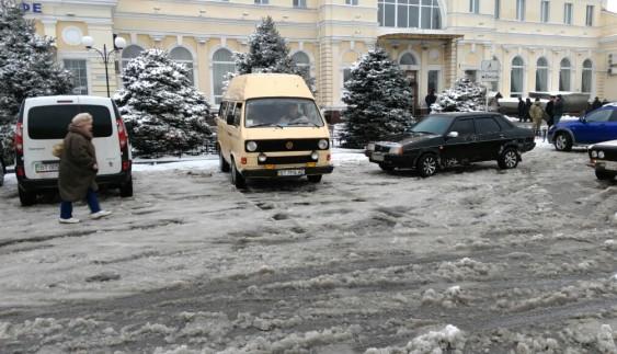 Боротьба за справедливість: водій відмовився платити за стоянку на нерозчищеній парковці
